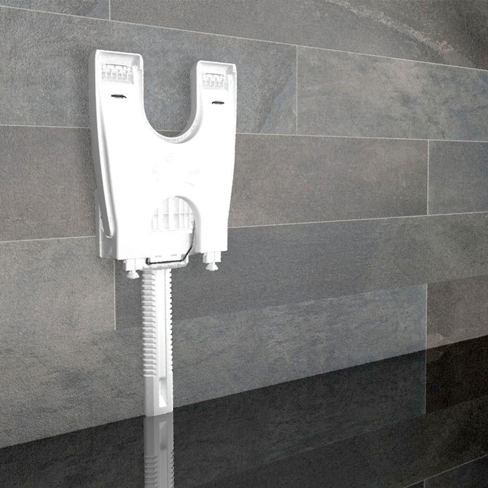 Bei Nichtbedarf kann der Duschklappsitz Varioporto von Delficare platzsparend weggeklappt werden