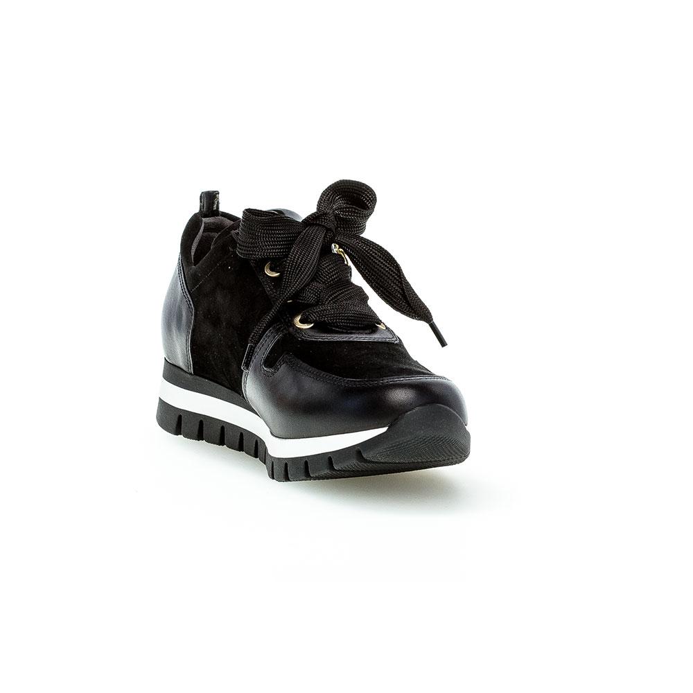 Gabor Sneaker Samt schwarz/gold - Ansicht vorne mit hochgezogener Schuhspitze, Laufsohle schwarz