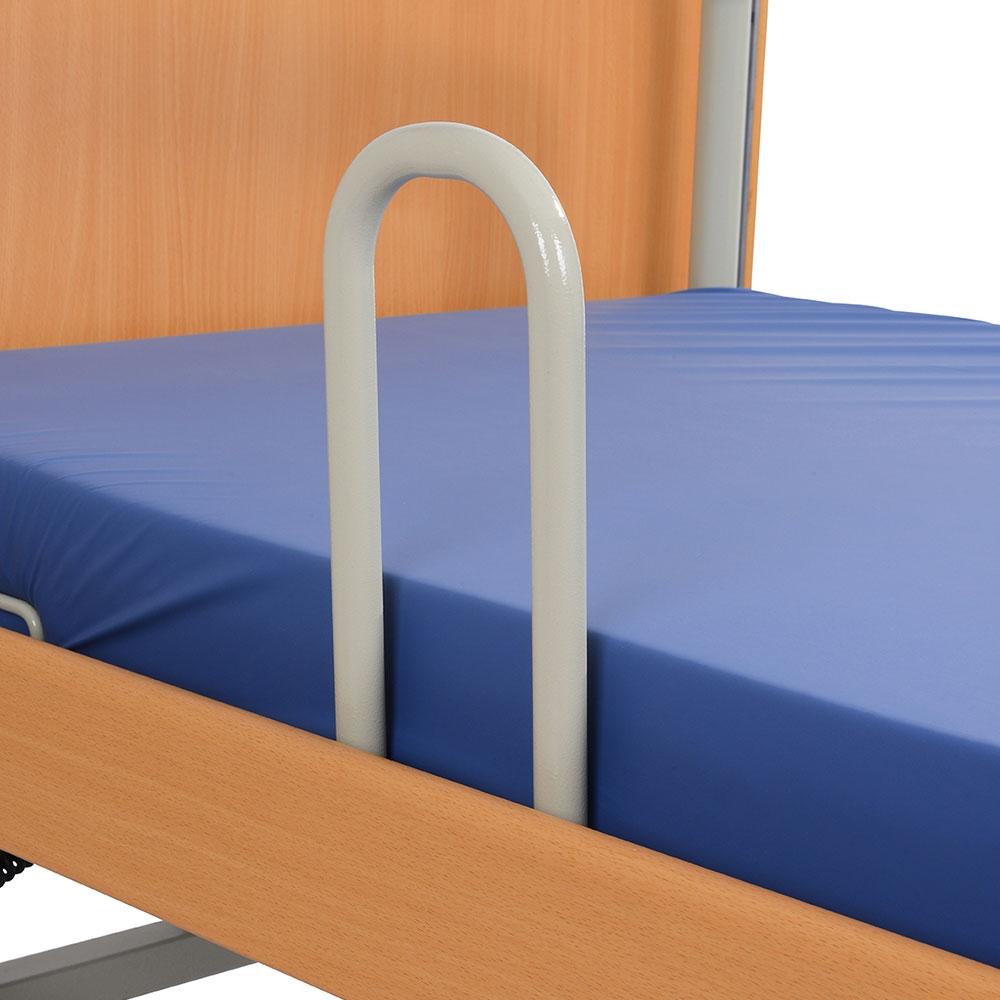Die Aufstehhilfe von AKS wird einfach an das Pflegebett montiert