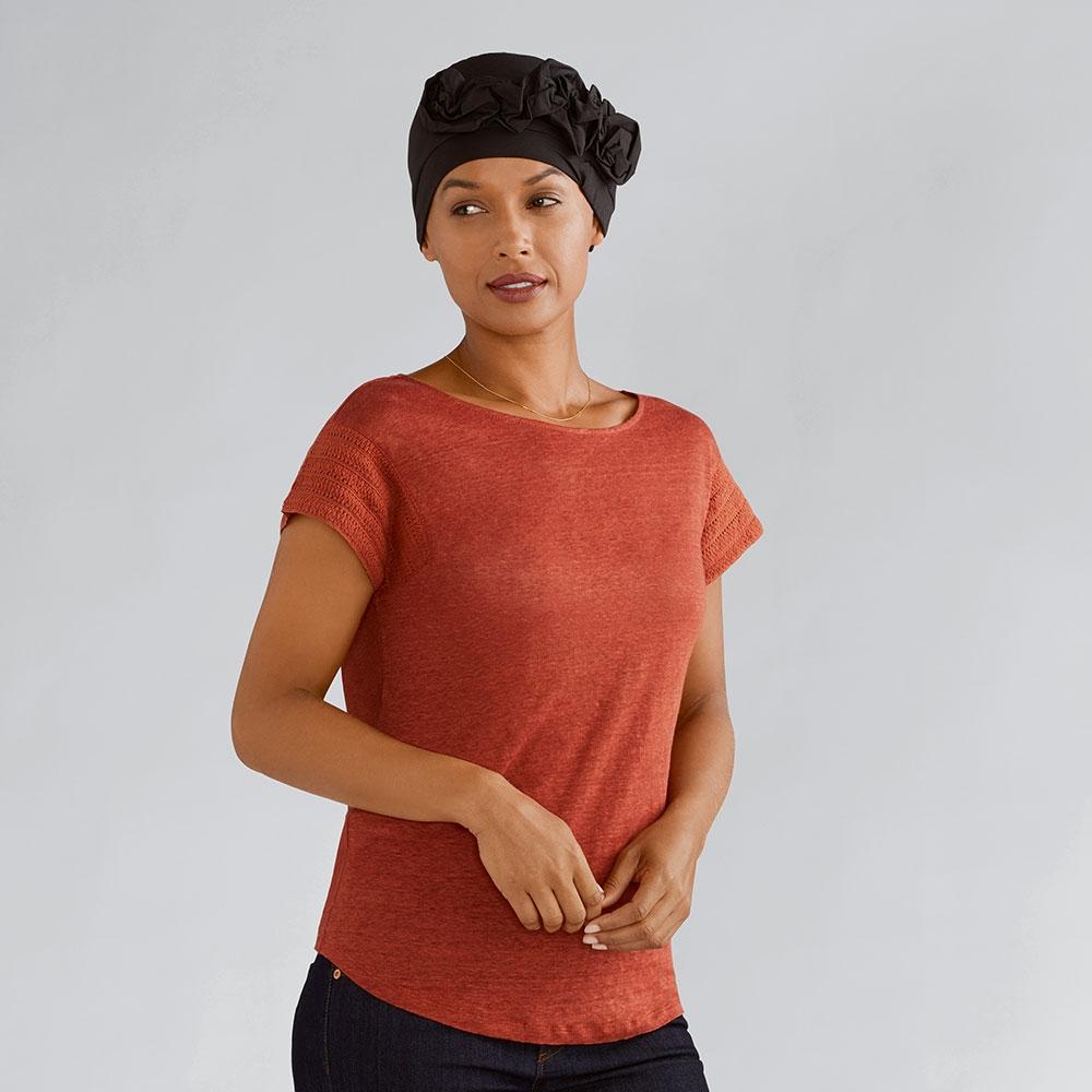 Auch in Schwarz passt die Kopfbedeckung Marigold von Amoena zu jeder Garderobe